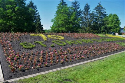 Floral showcase bed created by Welland parks horticultural workers, paying tribute to 70th anniversary of St. David's Anglican Church. Bed is on the west side of Prince Charles Drive at Colbeck. (Photo by Cec Mitchell)